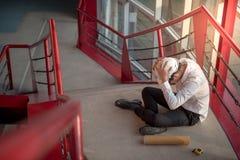 Inżyniera lub architekta uczucie męczący i migrena Zdjęcia Royalty Free