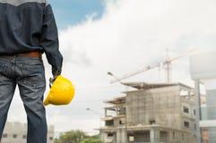 Inżyniera lub zbawczego oficera mienia żółty hełm z buildi zdjęcia royalty free