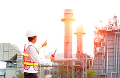 Inżyniera mężczyzna chwyta radia pracy zbawcza kontrola przy elektrownia przemysłem energetycznym Obrazy Royalty Free