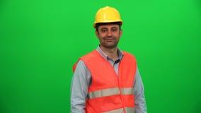 Inżyniera mężczyzna macania ekran na zielonym tle zdjęcie wideo