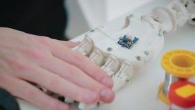 Inżyniera nowatora położenia mechanizmu ruch dotyka przy mechaniczną ręką zdjęcie wideo