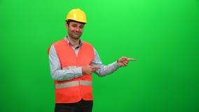 Inżyniera pracownik Robi prezentaci Gestykuluje na zieleń ekranie Pokazywać lewą stronę zdjęcie wideo