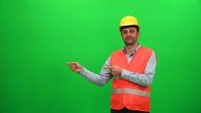 Inżyniera pracownik Robi prezentaci Gestykuluje na zieleń ekranie Pokazywać prawą stronę zbiory wideo