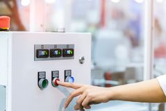 Inżyniera ` s ręki pchnięcia czerwony guzik zamknięcie temperaturowej kontrola maszyna Temperaturowy pulpitu operatora gabinet za zdjęcia royalty free