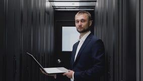 IT inżyniera twarzy portret z laptopem w serweru pokoju datacenter zdjęcie wideo
