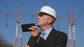 Inżynierii pracy kierownik Sprawdza Technicznych parametry Używać Mobilnego App zdjęcia stock