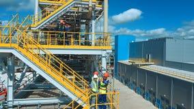 Inżyniery dyskutuje nowego projekt Wielki przemysłu tło zbiory