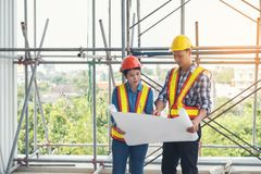 Inżyniery i architekci dyskutują budowę hełm Obrazy Royalty Free