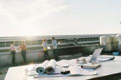 Inżyniery lub architekci relaksuje po pracy przy budową Przemysłów projekty lub pracy zespołowej pojęcie Fotografia Stock