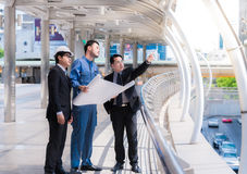 Inżyniery spotyka przy tarasem na górze budowy Coworkers dyskutować Szef i pracownik dyskutujemy Rozmowa w drużynie Zdjęcie Stock