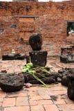 Inachevé de Bouddha en pierre antique avec la fleur de lotus sur le recouvrement dans les ruines et les restes antiques au temple images libres de droits