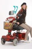 Inaktiverad gammalare kvinna med sparkcykeln Arkivbilder