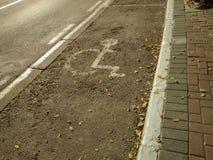 Inaktiverade den hängivna parkeringsfläcken på gatan, med den specifika markeringen arkivfoton