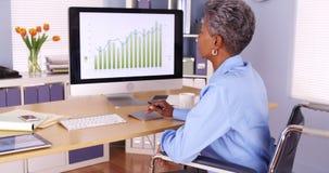 Inaktiverade den svarta affärskvinnan som arbetar på skrivbordet royaltyfria foton