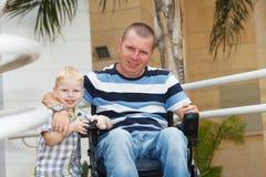 Inaktiverade faderlek med den lilla sonen royaltyfri foto
