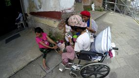 Inaktiverade tiggaren, kvinnan och barn som sitter på den kyrkliga portalen lager videofilmer