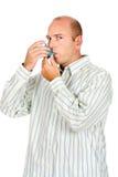 Inalador da medicina da asma da terra arrendada do homem foto de stock
