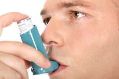 Inalador da medicina da asma da terra arrendada do homem Fotos de Stock Royalty Free