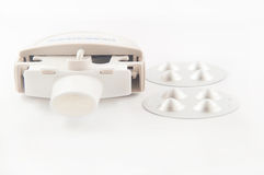 Inalatore alto chiuso e capsula di asma della polvere in bolla di alluminio Immagini Stock Libere da Diritti