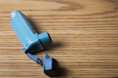 Inalatore blu di asma Fotografie Stock Libere da Diritti