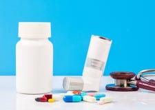 Inalatore di asma con le pillole Immagine Stock