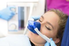 Inandningbehandling med lugnande medel på kliniken arkivfoto