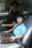 Inarcamento dell'uomo & del ragazzo sulla cintura di sicurezza Fotografia Stock