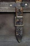 Inarcamento e cinghia di cuoio sulla valigia dell'annata immagini stock libere da diritti