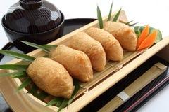 Inari sushi som slås in i Fried Tofu med japanknipor och Misosoppa, japansk mat Arkivbilder