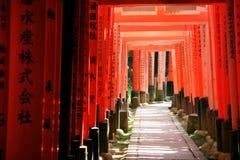 Inari torii versieht - Kyoto - Japan mit einem Gatter Stockfotos