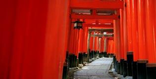 Inari torii versieht - Kyoto - Japan mit einem Gatter Stockbild