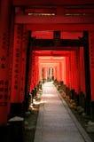 Inari torii versieht - Kyoto - Japan mit einem Gatter Lizenzfreie Stockbilder