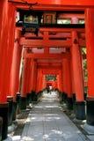 Inari torii versieht - Kyoto - Japan mit einem Gatter Lizenzfreie Stockfotos