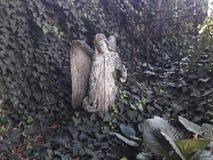 A inauguração do museu de Praga renovou deathes góticos da estátua dos tecelões do ossuary com estátua do anjo imagens de stock royalty free