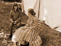 Inbördeskrig Reenactors för två damtoalett royaltyfria foton