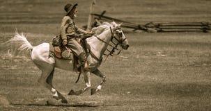 Inbördeskrigreenactor på hästrygg Arkivfoton