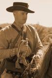 Inbördeskrigsoldat på hästrygg med hornet arkivfoto