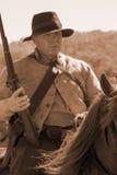 Inbördeskrigsoldat på hästrygg med musköten Arkivfoton
