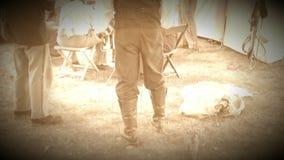 Inbördeskrigsoldater i läger med höna (arkivlängd i fot räknatversionen) arkivfilmer