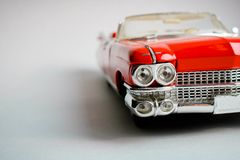 Inbaar rood stuk speelgoed automodel op de witte achtergrond Sluit omhoog mening Amerikaanse klassieke auto 1959 stock afbeelding