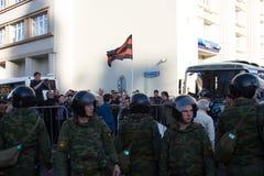 Inbandiera i provocatori, oppositori della pace marzo immagine stock