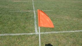 Inbandieri l'ondeggiamento nel vento sul campo di football americano video d archivio