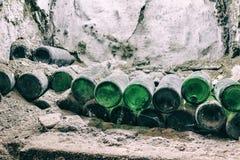 Inbare exclusieve wijn in een spinneweb in de kelder royalty-vrije stock afbeelding
