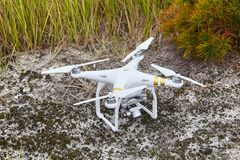 Inbillad PRO-professionell för surrquadrocopter med den digitala kameran för hög upplösning arkivfoton