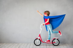 Inbillat barn att vara superhero Royaltyfri Foto