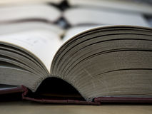 Inbindningssida av öppnade böcker på trätabellen i arkiv Fotografering för Bildbyråer