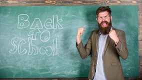 Inbjudan att fira kunskapsdag Läraren börjar den första kursen efter ferier Invitera till skolan Lärare eller utbildare arkivbilder