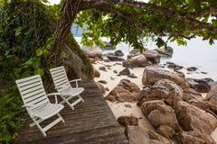 Inbjudan att koppla av - sikt av den brasilianska kustlinjen Royaltyfri Foto