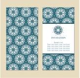 Inbjudan- eller bröllopkort med damast bakgrund och elegant fl Arkivbilder