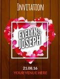 Inbjudan för bröllop för rosa kronbladhjärta härlig på träbakgrundsvektorillustration Royaltyfri Bild